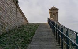 De oude muren van de Acrestad, Israël Een zware landverdedigingsmuur met kanonbuitenposten stock foto's