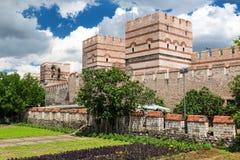 De oude muren van Constantinopel in Istanboel, Turkije stock foto's