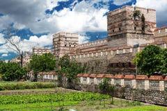 De oude muren van Constantinopel in Istanboel, Turkije royalty-vrije stock afbeeldingen