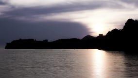 De oude muren van de steenstad van Dubrovnik in zonsondergang. stock video