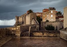 De oude muren van Dubrovnik stock afbeeldingen