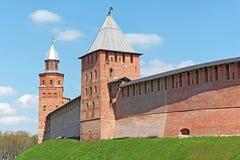 De oude muren van het baksteenkremlin en torens van Veliky Novgorod (Novgorod Groot), Rusland Royalty-vrije Stock Foto's