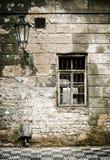 De oude muur van de baksteenruïne in Praag. Royalty-vrije Stock Afbeeldingen