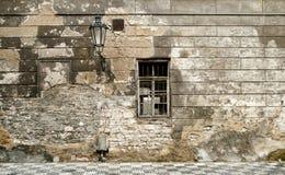 De oude muur van de baksteenruïne in Praag. Stock Foto