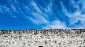 De oude muur van de bloksteen tegen blauwe hemel royalty-vrije stock afbeelding