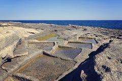 De oude natuurlijke methode van zoute extractie in Malta stock afbeelding