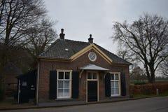 De oude Nederlandse bouw in klein dorp stock foto