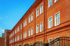 De oude Opnieuw opgebouwde Rode Baksteenbouw onder Blauwe Hemel Stock Fotografie
