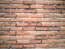 De oude oude oppervlakte van bakstenen muur rode grunge met de doorstane achtergrond van de cementtextuur Stock Foto