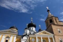 De oude oude middeleeuwse Russische witte orthodoxe kerk met zwarte  Royalty-vrije Stock Fotografie