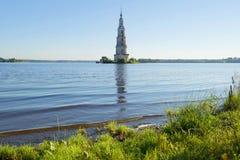 De oude overstroomde St Nicholas Cathedral klokketoren op het Uglich-reservoir Kalyazin, Rusland Stock Foto's