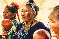 De oude Paraguayaanse inheemse GUARANÍvrouwen voeren een Lied uit royalty-vrije stock afbeeldingen