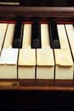 De oude piano met sluit gebroken en gekrast ivoor stock afbeeldingen