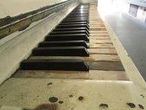 De oude piano royalty-vrije stock afbeeldingen