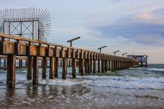 De oude pier van de vissenboot Stock Foto's