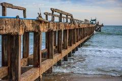 De oude pier van de vissenboot Stock Afbeeldingen