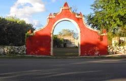 De oude poort van de steenboog een hacienda ruïneert in Yucatan, Mexico Royalty-vrije Stock Fotografie