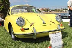 De oude Porsche-Sportwagen bij de auto toont Stock Foto