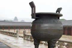 De oude pot van het Ijzer in Changdeokgung Paleis, Seoel, Korea Royalty-vrije Stock Afbeelding