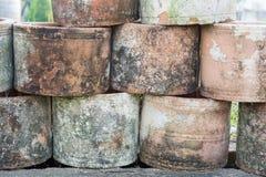 De oude potten lagen in het park royalty-vrije stock fotografie