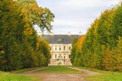 De oude prinselijke die bouw door de herfstbomen wordt omringd royalty-vrije stock afbeeldingen