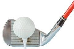De oude putter en de golfbal van het metaalgolf op T-stuk met witte backgr Royalty-vrije Stock Foto's