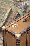 De oude retro objecten antiquiteit van bagage valise koffers, houten dozen Stock Foto's