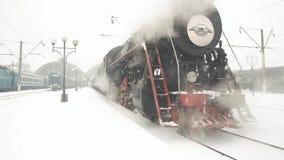 De oude Retro Trein komt van het Station aan Sluit omhoog detail van wielen stock footage