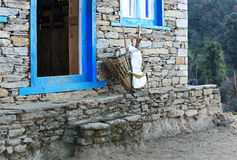 De oude rieten mand bevindt zich dichtbij de bakstenen muur van traditioneel Stock Afbeelding