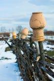 In de oude rieten omheinings hangende waterkruiken Landelijk Landbouwbedrijf Stock Fotografie