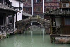 In de oude rivier die in de boot lopen Stock Foto's