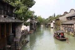 In de oude rivier die in de boot lopen Royalty-vrije Stock Afbeeldingen