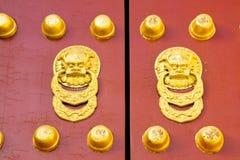 De oude rode deur van de Tempel stock foto's