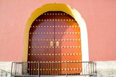 De oude rode deur van de Tempel stock afbeeldingen