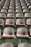 De oude Rode Stoelen van het Stadion Stock Afbeelding