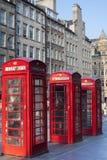 De oude rode straat van de telefooncellen Koninklijke mijl in Edinburgh Royalty-vrije Stock Foto