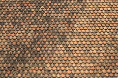 De oude rode tegels van het baksteendak Stock Afbeeldingen