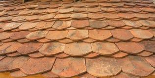 De oude rode tegels van het baksteendak van ten noordoosten van Thailand Stock Afbeeldingen