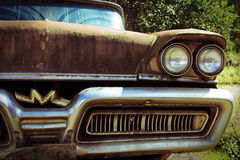 De oude roestige auto Royalty-vrije Stock Afbeeldingen