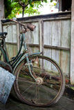 De oude roestige gebroken fiets bevindt zich op de straat Royalty-vrije Stock Afbeeldingen