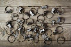 De oude roestige gordijnklemmen worden geplaatst op een houten oppervlakte, hoogste mening, het effect van antiquiteit Stock Foto
