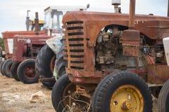 De oude roestige machines van de landbouwbedrijftractor Stock Afbeelding
