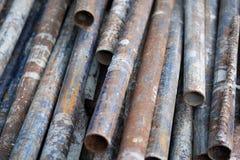 De oude roestige pijp van het metaalijzer stock foto