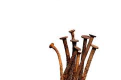 De oude roestige spijkers op wit isoleren Stock Afbeelding