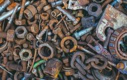 De oude, roestige, versleten bouten van metaaldetails, noten, lagers, ketting liggen Royalty-vrije Stock Foto's