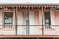 De oude Roze en Witte Bouw met Deuren en Vensters Stock Foto