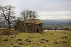 De oude ruïne van het landbouwbedrijfhuis Stock Foto