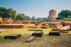 De oude ruïnes van Dhamekhstupa Sarnath in Varanasi, India stock afbeelding