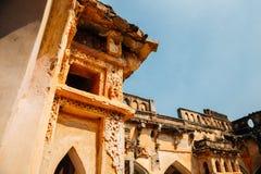 De Oude ruïnes van het koningin` s bad in Hampi, India royalty-vrije stock fotografie