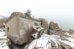De oude ruïnes van het oorlogsfort op het strand royalty-vrije stock foto's